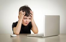 Kind mit Computer-Problemen