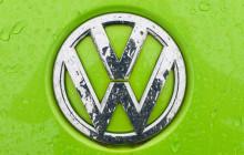 VW-Logo auf grünem Hintergrund