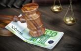 Richterhammer mit Bußgeld