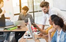 Team aus der digitalen Kreativ-Branche bei der Arbeit