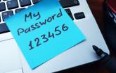 Unsichere Passwörter auf Post-it am Rechner