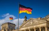 Reichstagsgebäude mit Deutschlandfahne