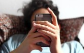 Surfen mit dem Smartphone im Bett