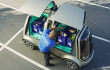 Autonomes Lieferfahrzeug Nuro beliefert Kunden