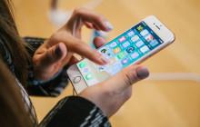 Frau benutzt iPhone