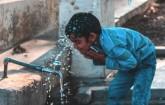 Junge am Wasserhahn