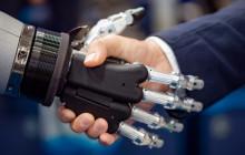 Mensch schüttelt Roboter die Hand