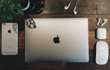 Apple-Geräte auf Holztisch