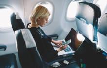 Frau am Notebook während Flugreise
