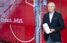Vodafone-Deutschland-CEO Hannes Ametsreiter mit dem neuen GigaCube 5G