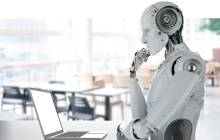 Humanoider Roboter vor Laptop