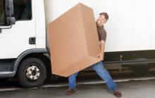 Mann mit schwerem Paket