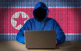 Hacker vor nordkoreanischer Flagge