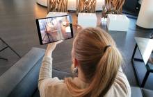Mit AR-projezierter Stuhl auf Tablet