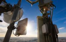 Mobilfunkmasten im Sonnenlicht