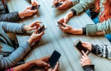 Leute mit verschiedenen Smartphones