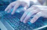 Hacker tippt auf Tastatur