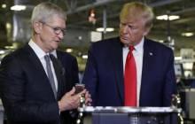 Apple-Chef Tim Cook und US-Präsident Donald Trump bei einer Fabrikbesichtigung