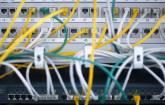 Serverschrank mit Netwerkkabeln