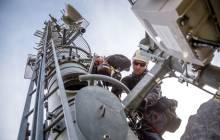 Techniker arbeitet auf einem Mobilfunkmast