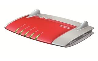 Die Fritzbox 7490 verfügt ebenfalls über drei interne Antennen; allerdings verbaut AVM zwei schnelle USB-3.0-Slots.
