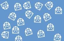 Zahlreiche weisse E-Mail-Icons auf blauem Hintergrund