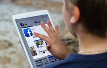 Junge nutzt Facebook auf dem Tablet