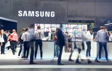 Besucher in einem Samsung-Messe-Pavillon