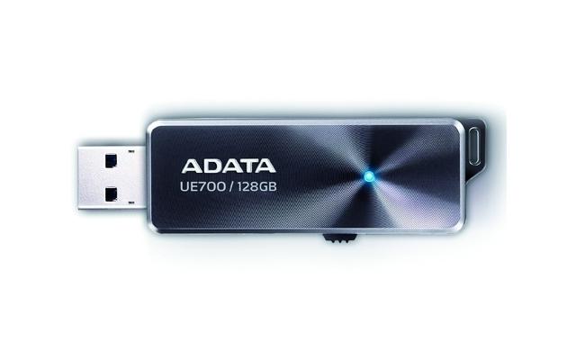 Der Dashdrive Elite UE700 von Adata hat eine Kapazität von 128 GByte, die mit flotten 220 / 135 MByte/s gelesen beziehungsweise geschrieben werden.