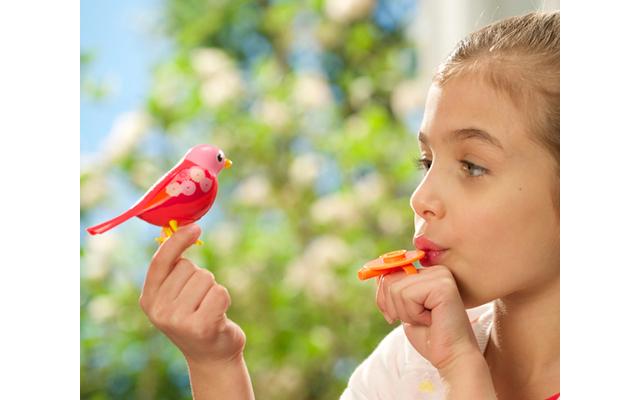 DigiBirds - Ein fröhlicher Pfiff im Kinderzimmer und DigiBird antwortet mit einem Zwitscherlied. 24 Melodien hat jeder der sechs interaktiven Vögel im Repertoire, Kopf- und Schnabelmoves inklusive.