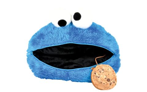 Krümelmonster Kuschelkissen - Flauschiger können Kekse und ihre Liebhaber nicht sein: Das Krümelmonster ist eine kultige Alternative zum Nikolausstiefel. Der Clou: Mit einem Reißverschluss lässt sich der große Mund öffnen und befüllen.