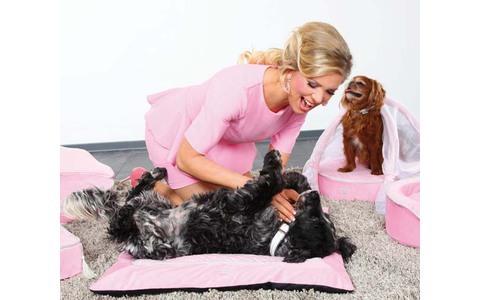 My Princess Sofa - Fürstliches Faulenzen für fröhliche Vierbeiner. Das rosa Hundesofa in den Maßen 60 x 29 x 45 Zentimeter ist so luxuriös wie robust ausgestattet. Bestimmt auch toll für Katzen - wenn die Farbe zum Fell passt.