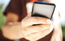 Mann hält Smartphone