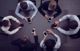 Business-Leute mit Smartphones