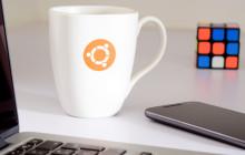 Ubuntu Logo auf Tasse im Hitergrund